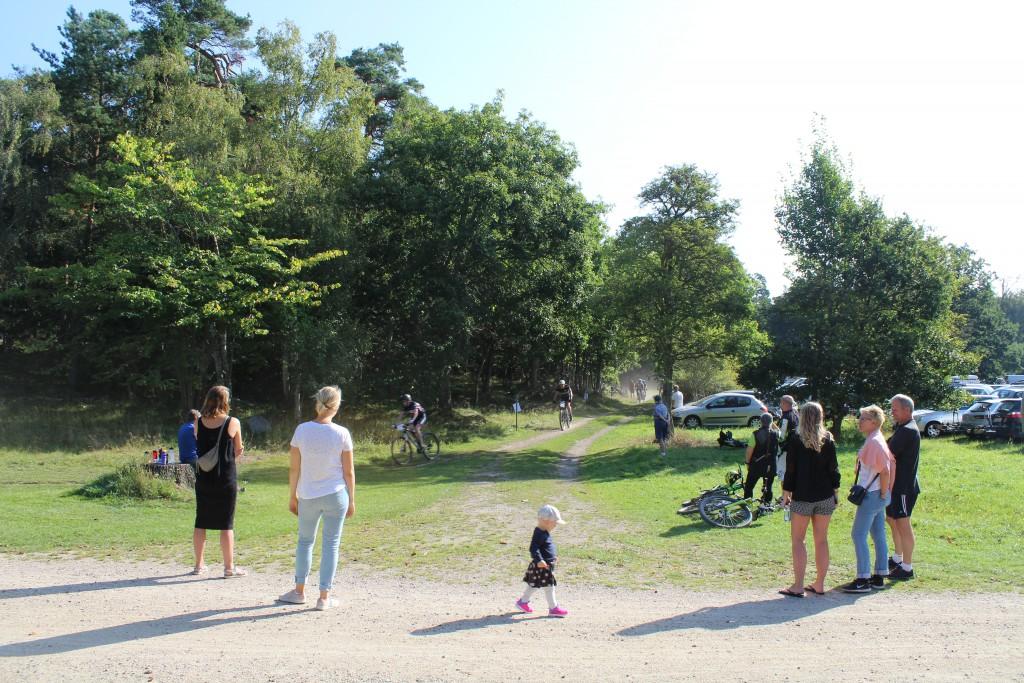 """Hotcup 2016. Start- og målområde ved skovriderhuset """"Slotshuset"""". Feltet passer efter 1. runde på 12 km og er på vej ud på 2. runde på 12. km. Foto 10. september 2016 af Erik K Abrahamsen."""