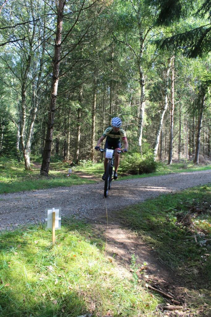 Hotcup 2016. Mountain bike rytter passerer Skovkærsvej i retning fra øst mod vest. Tisvilde Hegn