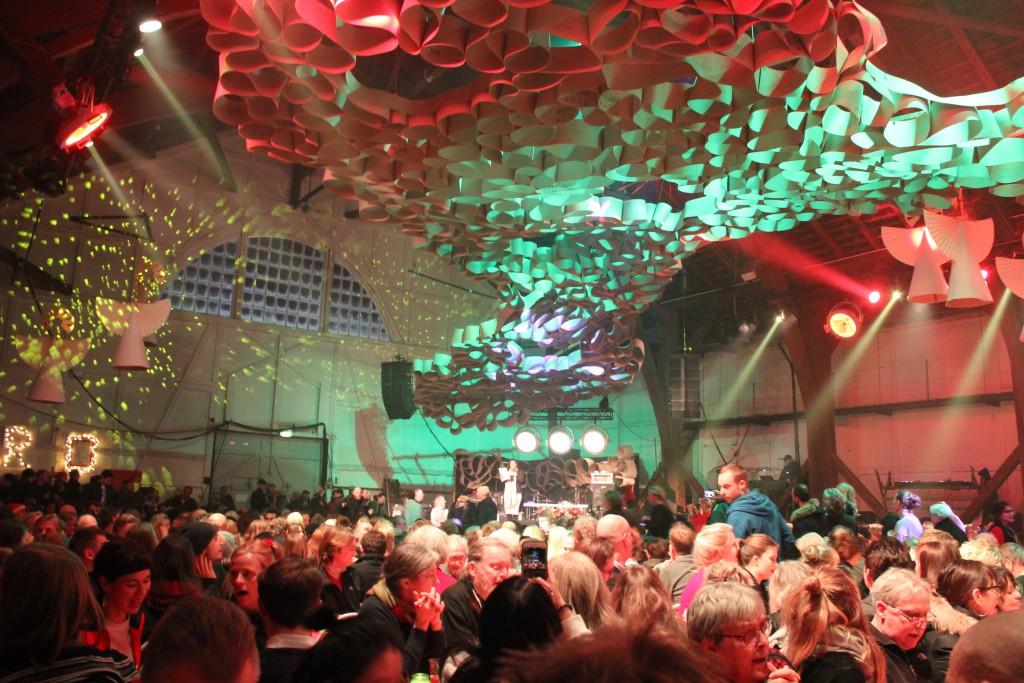 Her siider mere end 1000 gæster og venter på at servering af hovednu begynder kl. 18. Foto den 24. dece,ber 2016 af Erik K Abrahamsen.