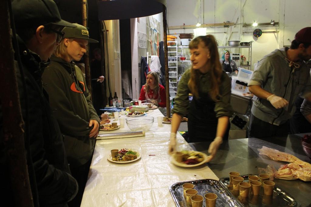 Frivillig christianit serverer hovedmeny: stor flot vegetarret.