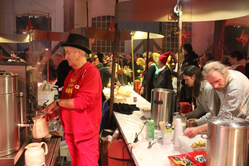 Servering af kaffe og hjemmelave småkager, chokolade confetti og frugt juleaften 2916. Foto den 24. december 2016 af Erik K Abrahamsen.