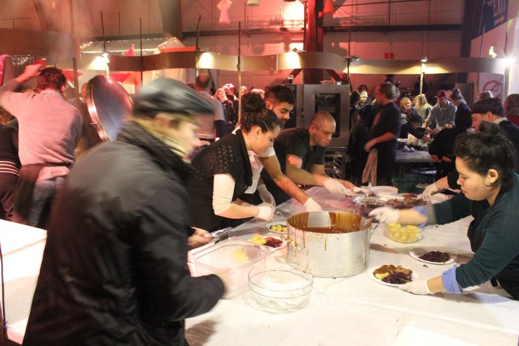 Servering ad hovedret oksesteg/flæskesteg med brune kartofler, rødkål,salat og brun sovs. Foto den 24 december 2016 i Grå Hal, Christiania af Erik K Abrahamsen.