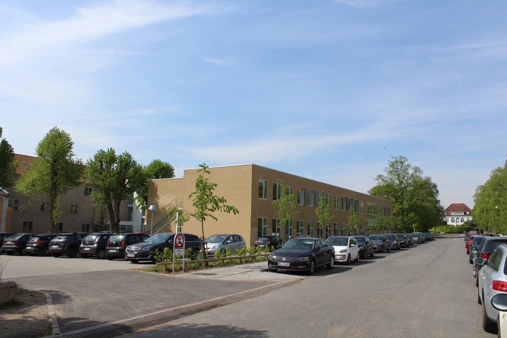 Marselisborg Gymnasium med ny tilbygning opført 2015-17. Foto i retning vest mod Gentoftevej længst borte på foto.