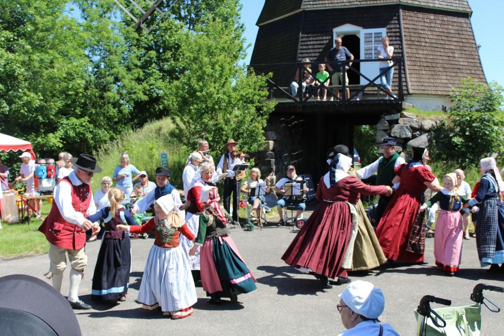Folkedans foran Melby Mølle.
