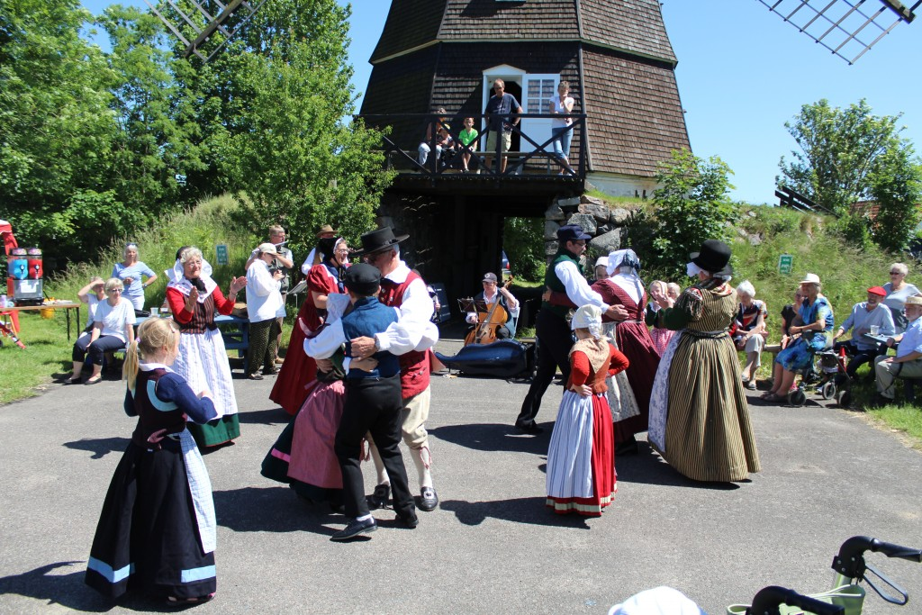 Folkedans foran Melby Kirke.