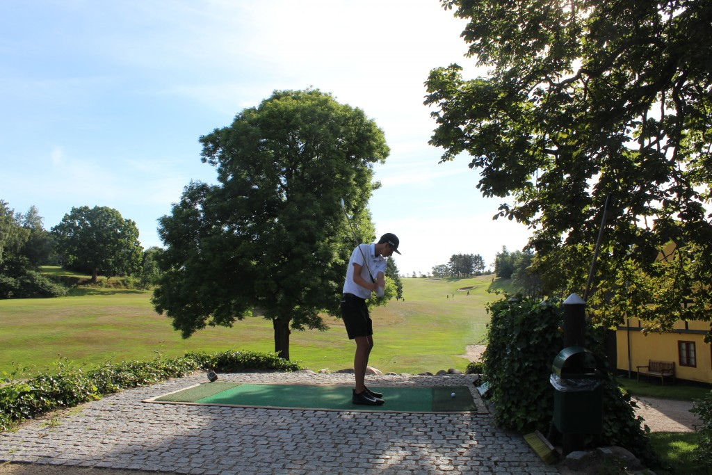 Prøveslag på udspil fra teested under Turnering AGC Wilson Staff Junior Cup den 10 juli 2017 - 2 runder af 18 huller på samme dag. Foto i retning øst den 10. juli 2017 af Erik K Abrahamsen.
