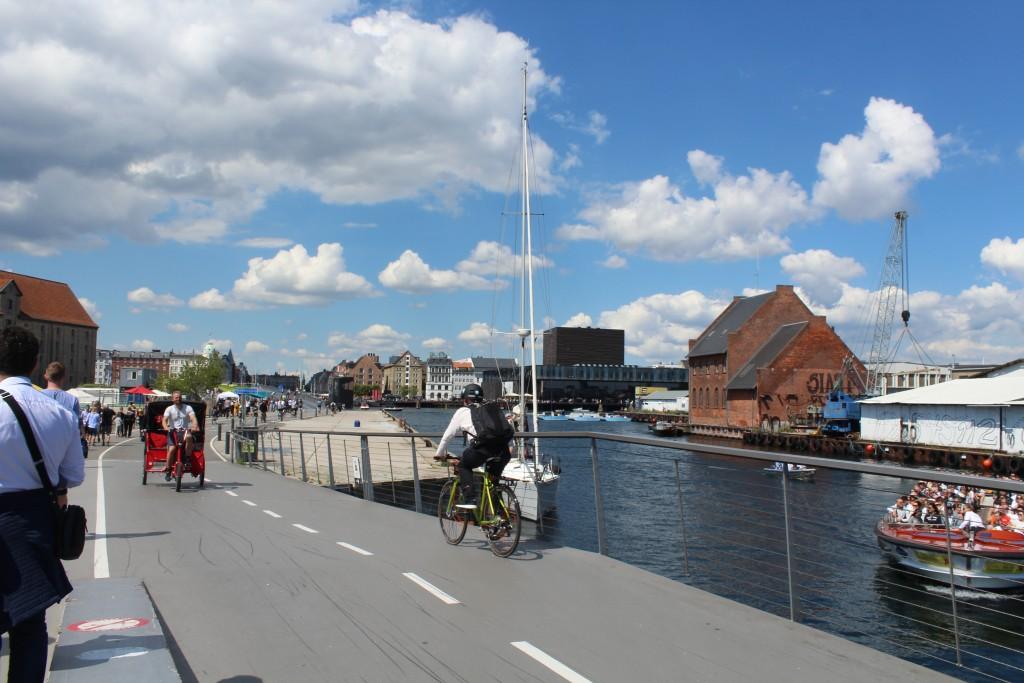 Udsigt fra ny gang- og cykelbro Trangravsbroen mod Grønlandske Handels Plads og Inderhavnsbroen over København Inderhavn. Foto den 15. juli 2017 af Erik K Abrahamsen.