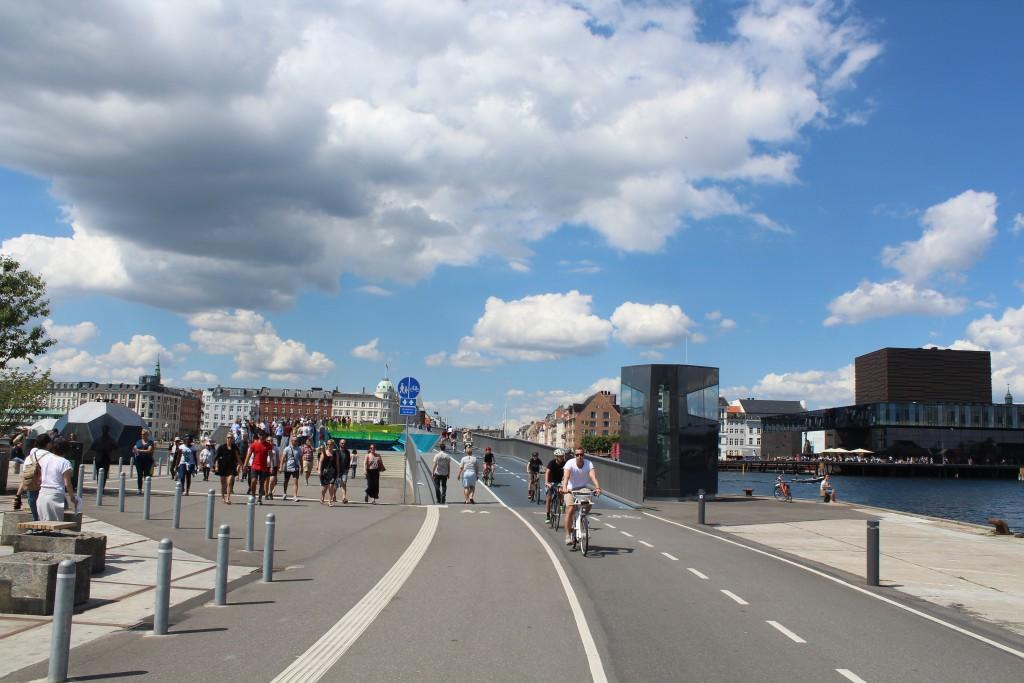 Ny gang- og cykelbro Inderhavnsbroen mellem Nyhavn og Christianshavn. Udsigt fra Christianshavn mod nod mod Nyhavn og Skuespilhuset til højre. Foto den 15. julæi 2017 af Erik K Abrahamsen.
