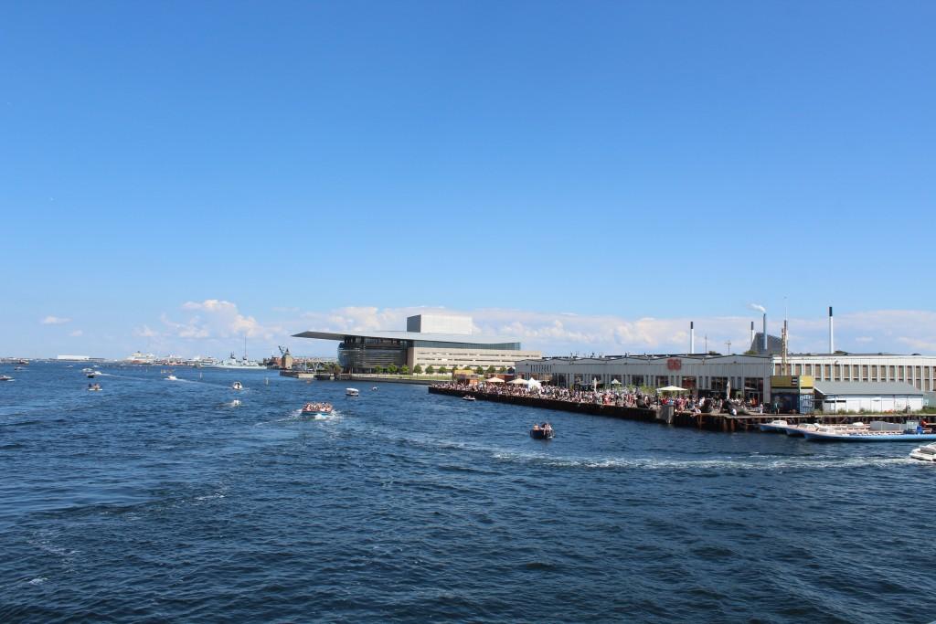 Udsigt fra toppen af ny Inderhavnsbroen mod Operaen og Papirøen (Christiansholm) med street food restaurents. Foto i retning øst den 15. juli 2017 af Erik K Abrahamsen.