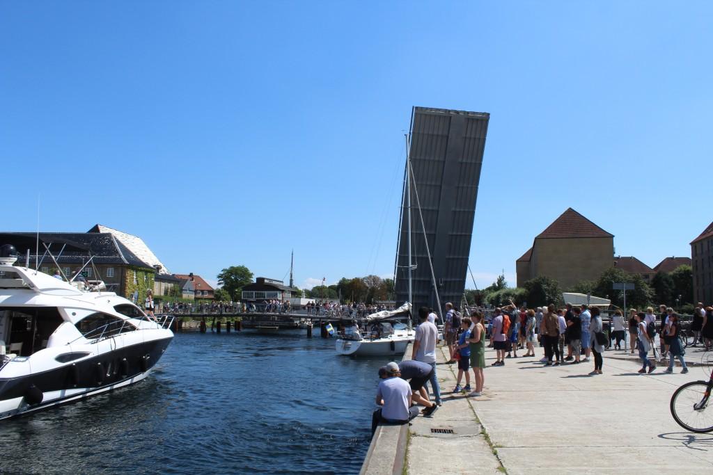 Gennemsejling meellem Trangraven kanal til højre og Christianshavn Kanal til højre. Foto i retning syd en 15. juli 2017 af Erik K Abrahamsen.
