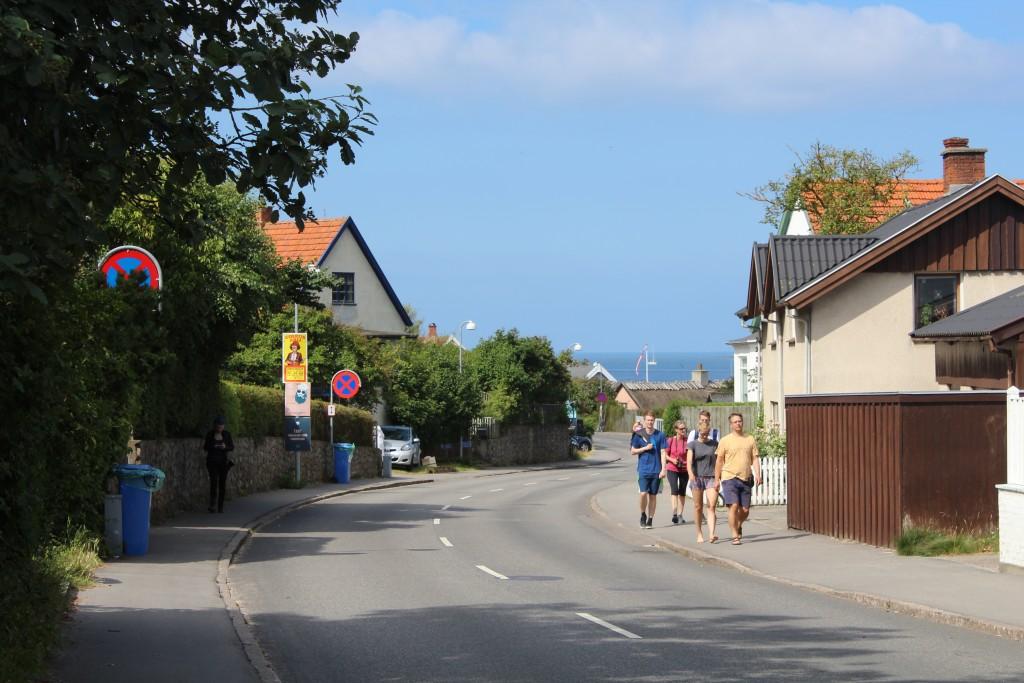 Hovedgaden i Tisvildeleje med Kattegat i baggrunden. Foto i retning nord onsdag den 19. juli 2017 af Erik K Abrahamsen.