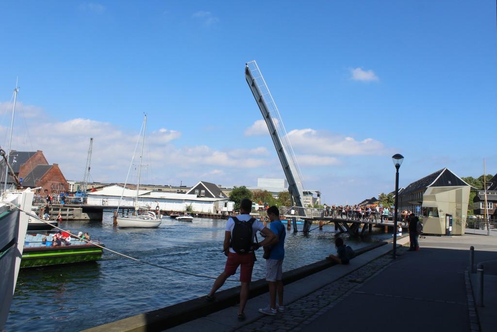 """Udsigt fra Islands Plads mod gang- og cyjelbro """"Trangravsbroen"""" over Trangraven Kanal og Christianshavn Kanal i forgrunden."""