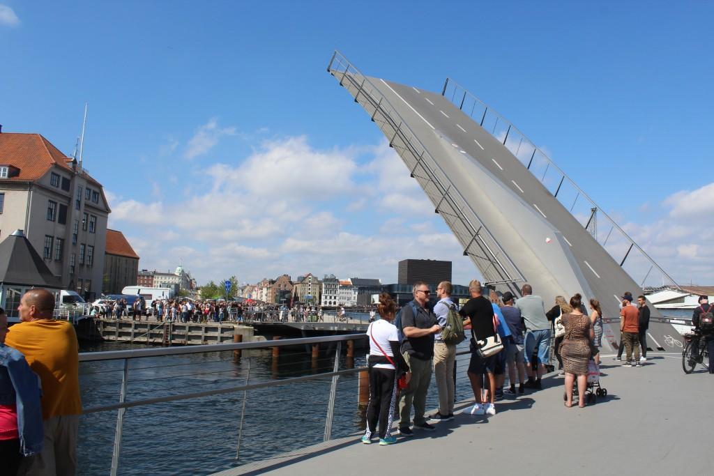 Udsigt fra Trangravsbroen mod Den Nordatlantiske Handels Plads og Inderhavnsbroen i det fjerne. Foto i retning nord den 9. august 2017 af Erik K Abrahamsen.
