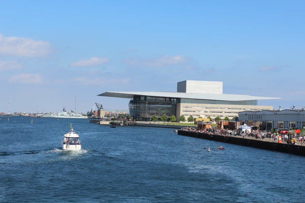 """Udsigt fra """"Inderhavnsbroen) mod papirøen, Operaen, Mastekranen og fregatter Perder Skrsm:"""