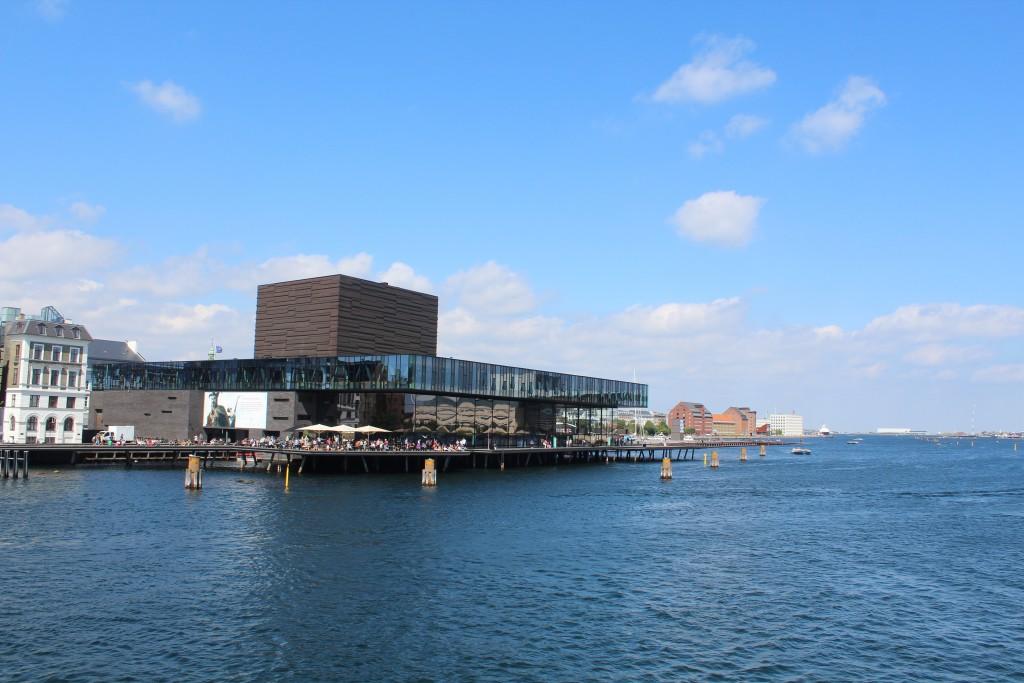 Udsigt fra Inderhavnsbroen mod Skuespilhuset, Ofelia Plads på Kvæsthusmolen, Amaliehaven , 3 pakhuser bygger 1760-80 og A.P. Møller- Mærsk domivil. Foto den 9. august 2017 af Erik K Abrahamsen.