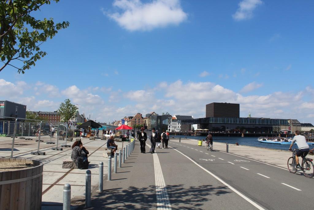"""Udsigt fra Christianshavn mod ny gang- og cykelbro """"Inderhavnsbroen""""."""