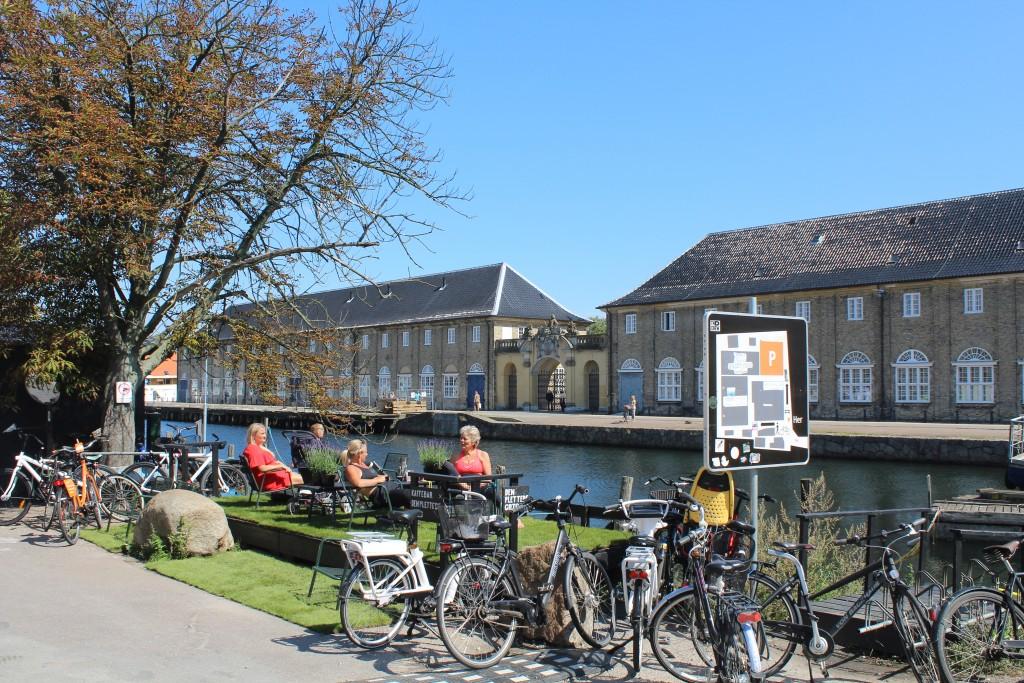 Cafe på Papirøen (Christianshaolm. Udsigt mod Arsenaløen med Forscarskommandoen.