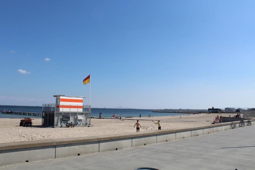 Amager Strand. Leg, boldspil og badning. Udsigt mod Øresund. Foto i retnong øst den 9. august 2017 af Erik K Abrahamsen.