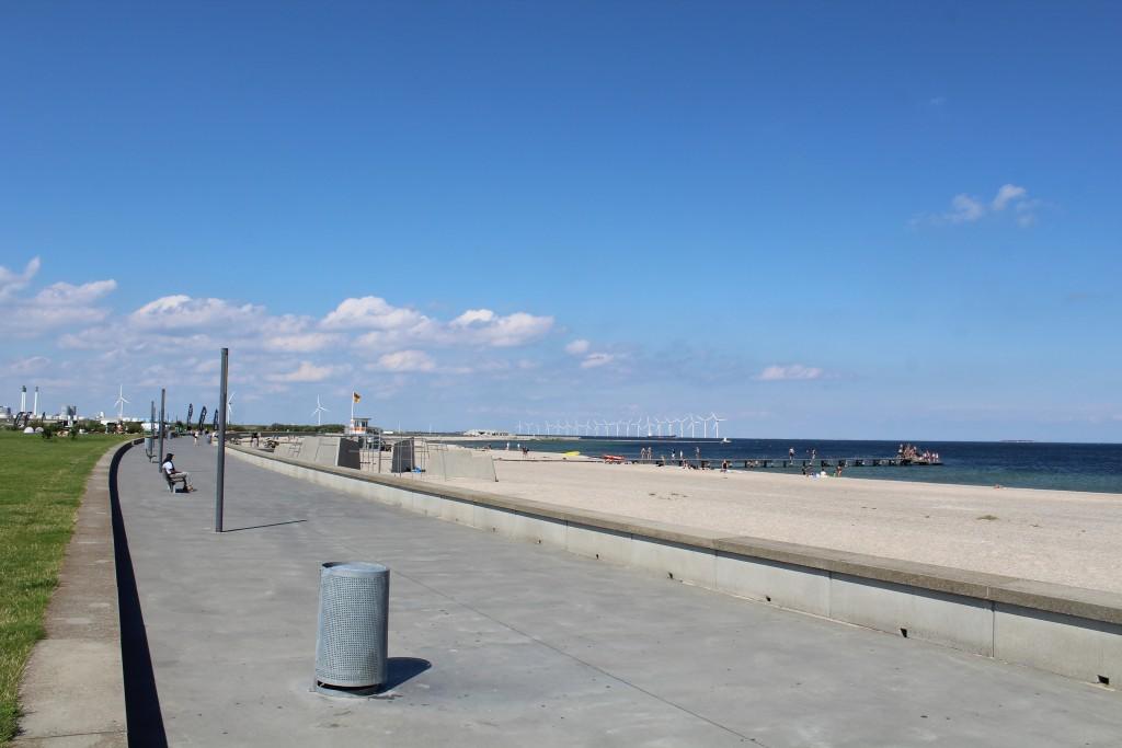 Amager Strand. Udsigt ind mod København med havvindmøller. Foto i retning nord den 9. august 2017 af Erik K Abrahamsen.