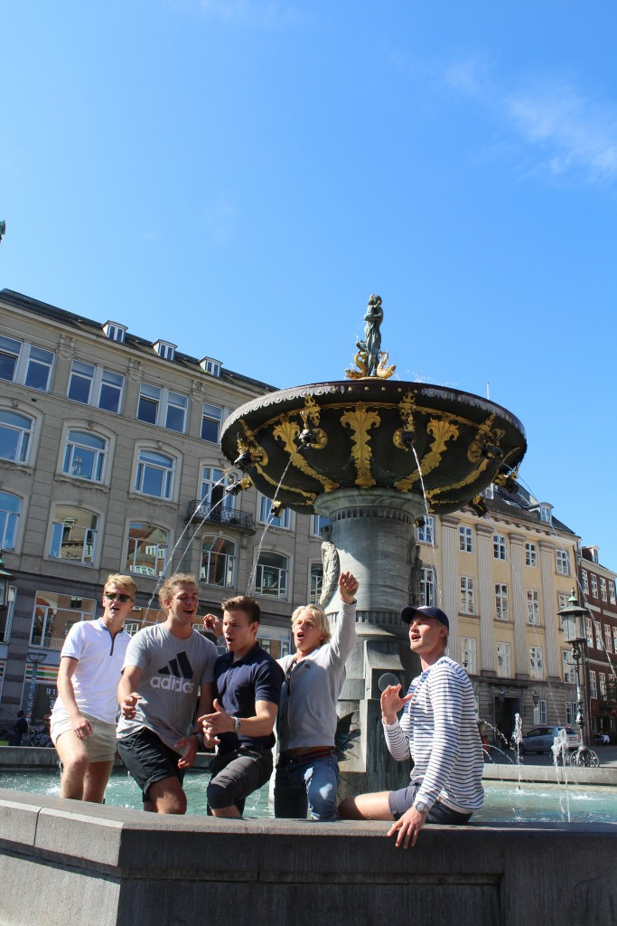 Caritas foubtain on Olde Square - Gammel Torv. Student happening around 11 pm 29. august 2017. Photo by Erik K Abragamnseb
