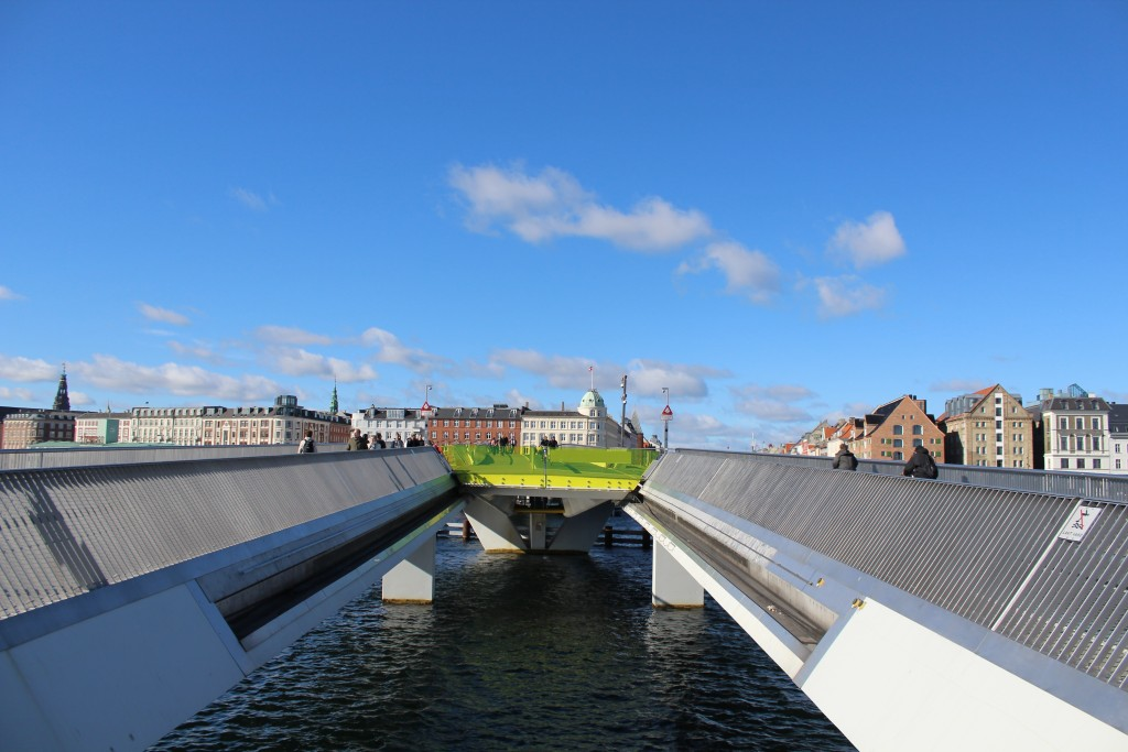 "New 180 m long walk-and bike bridge ""Inderhavnbroen"" - mobile slide section in middle and stationer sections at left and right. Phoot in direction north 9. october 2017 by Erik K Abrahamsen."
