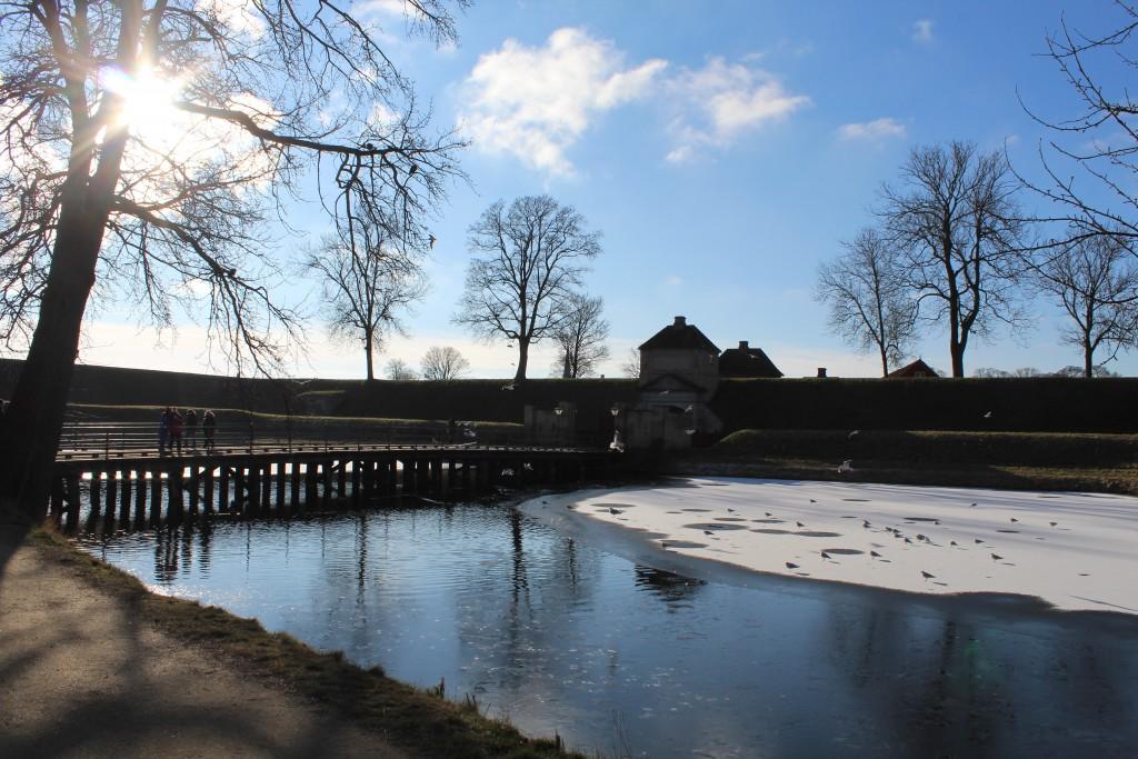 Fæstning Kastellet bygget 1661-64. Udsigt mod Norgesporten, volde og voldgrave. Fot kl 9.50 den 22 februar 2018 af erik K Abrahamsen.