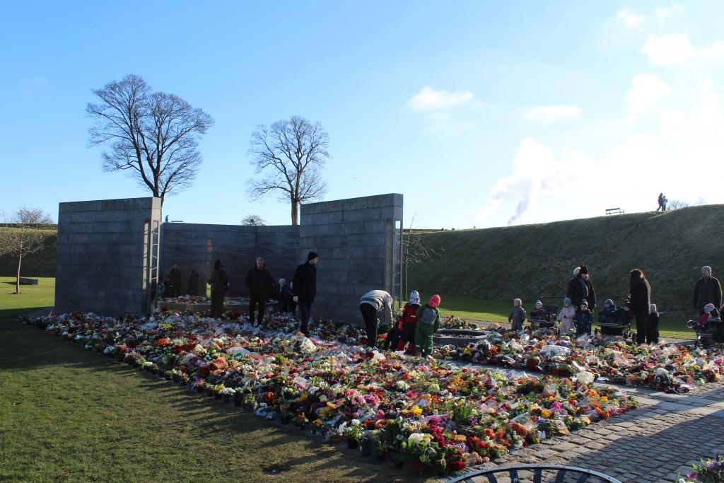 Det Nationale Monument i Kastellet. Forrest RUM ET STED og bagest ET RUM ET MENNESKE.