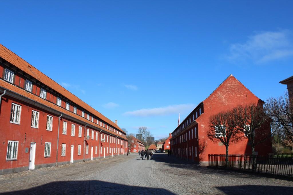 Fæstning kastellet. Hovejen gennem Kastellet fra syd til nord mellem Kongeporten og Norgrsporten. Udsigt i retning mod Norgesporten i det fjerne