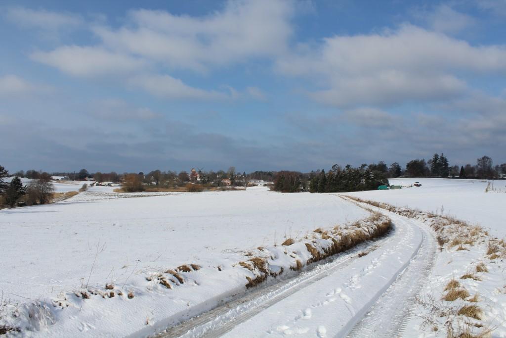 Udsigt mod Melby med kirke og mølle. Oldtids hulvejs fører ti landsbyen