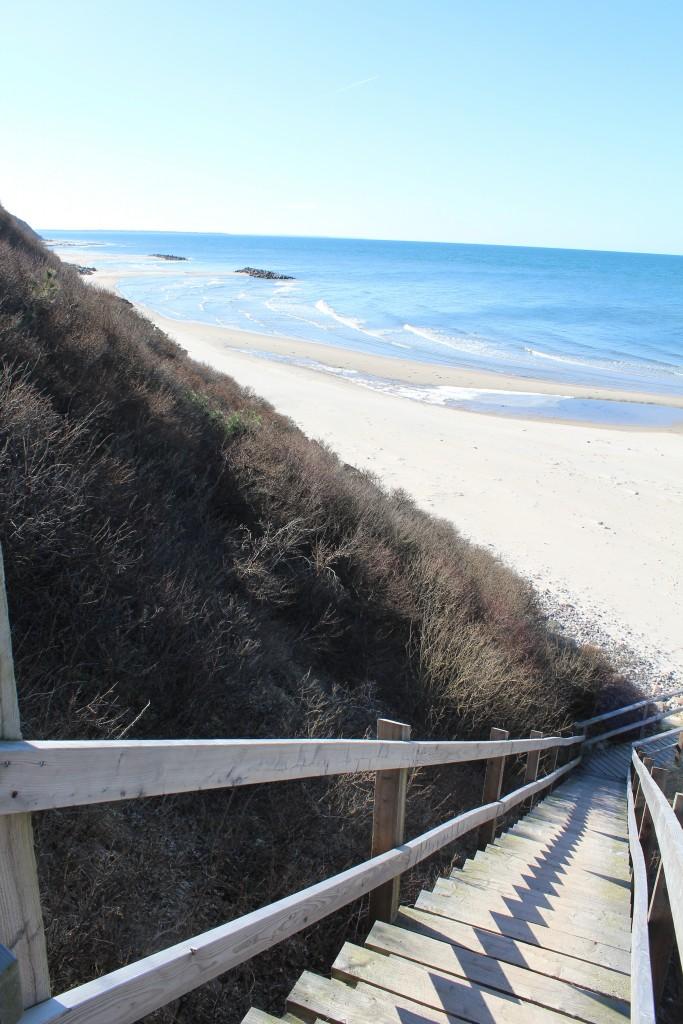 Trappe med 103 trin fra top af Hyllingebjerg skrænt ned til stranden. Foto i retning vest mod Kattegat den 18. marts 2018 af Erik K Abrahamsen