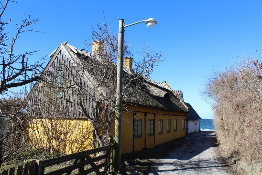 Gårde ud til Vestre Stræde i Kikhavn. Udsigt i retning nord til Kattegat. Foto den 20. marts 2018 af Erik K Abrahamsen.