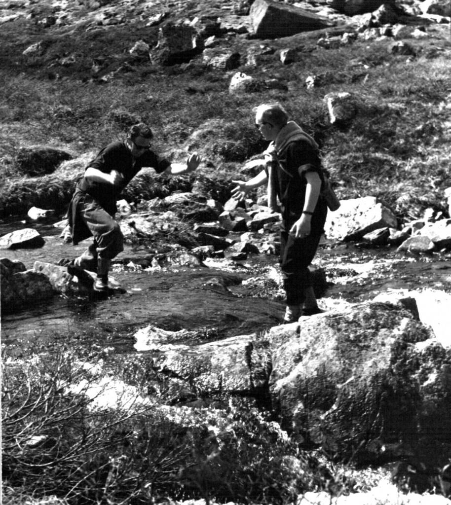 Tur i fjeldet. Vandløb passere. Foto 1961