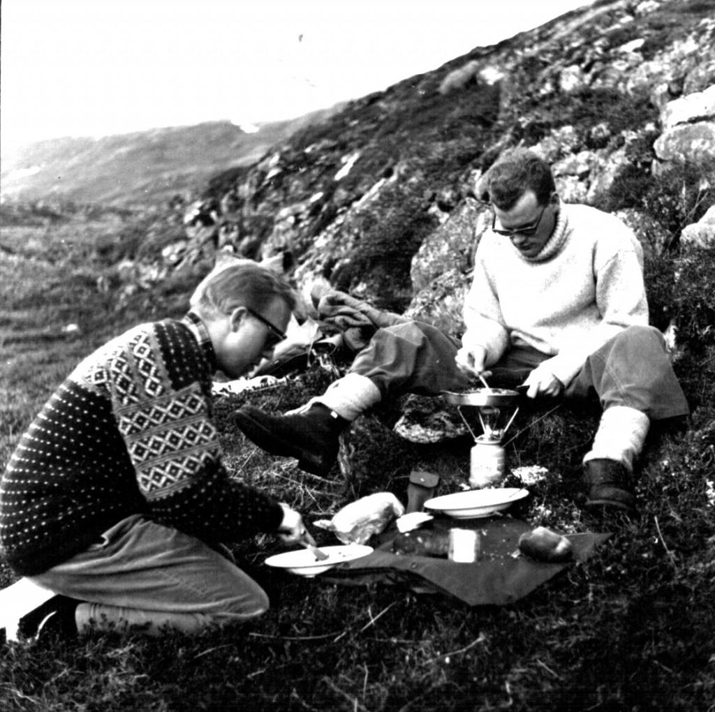Mad og vand opvarmes på medbragte primus. Foto 1961