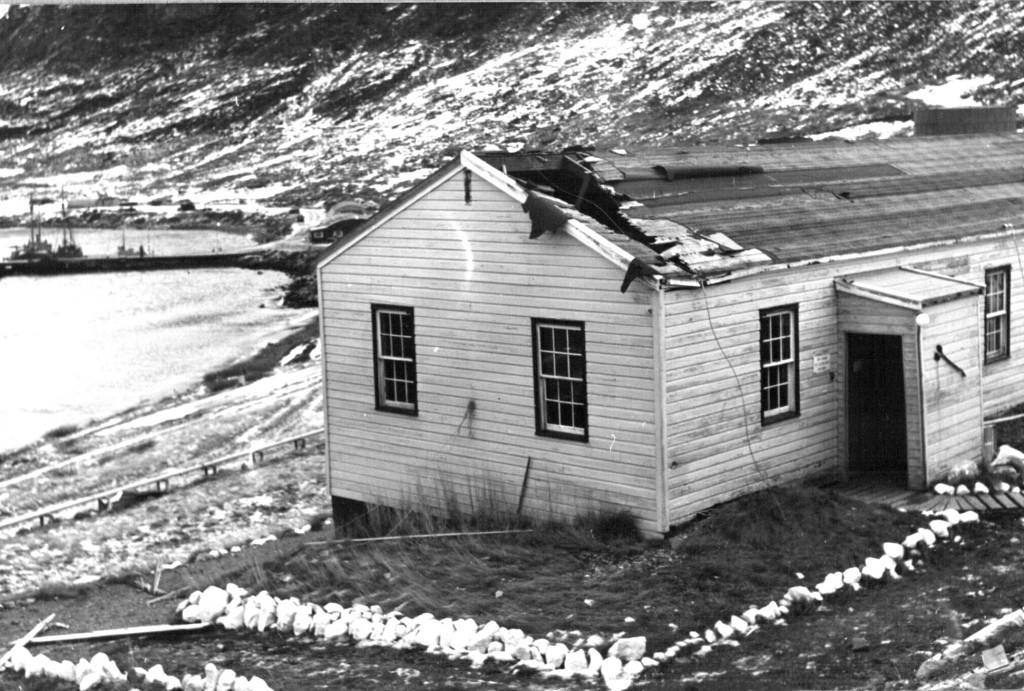 Grønlands Kommandos administrationsbygng blev unde syd-ost orkanen ramt at en væltet mast. Foto 1961.