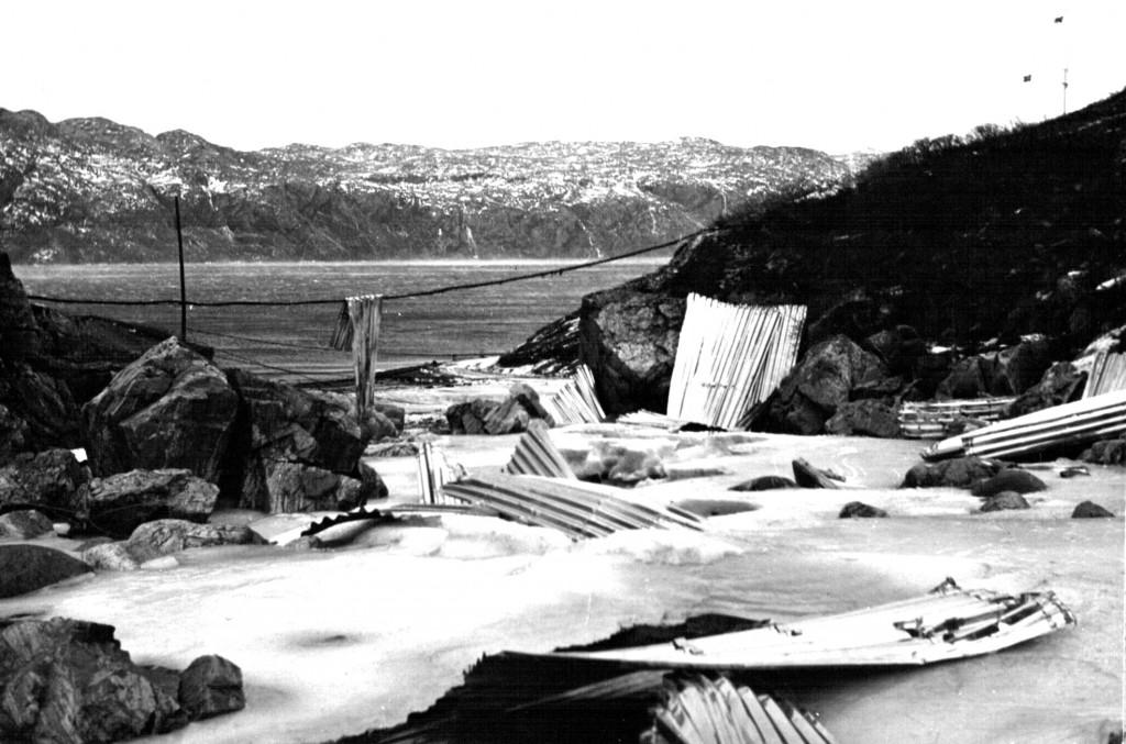 Her her ligger Maskinbanjens tagplader overalt på fly pohalingspladsen. I baggrunden ses Flådesattiones Flagplads. Foto 1961