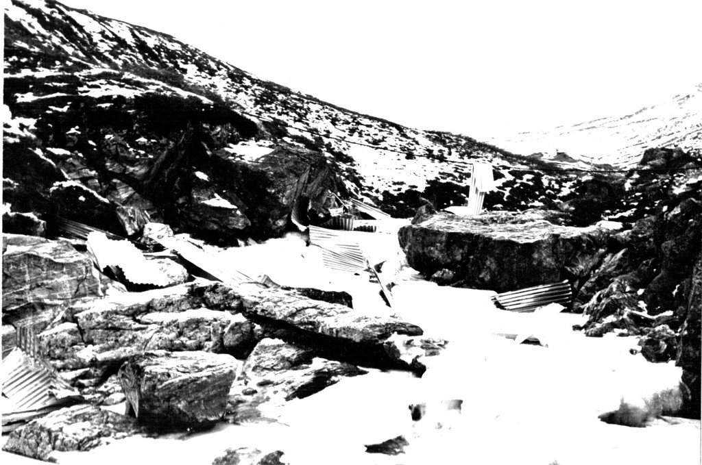 Maskinbanjens tagplader ligger her overalt i Bryggerens Elv. I baggrunden Grønnedalen med Morgenfjeld. Foto 1961