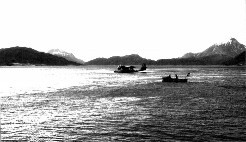 Catalin fly lander på Arsuk Fjord med post fra Danmark. Foto 1961