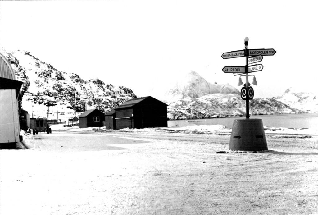 Ivigtut. Udsigt mod 1411 m højt Kugnait Fjeld. Foto 1961.