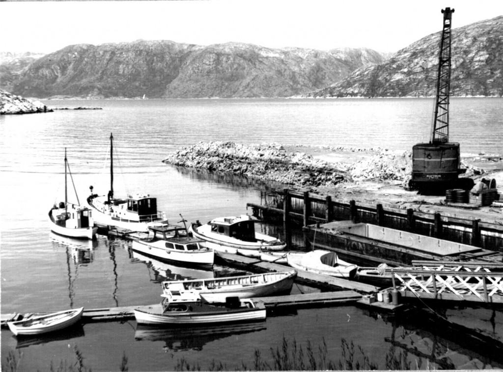 Mindre bådhavn i Ivigtut. Udsigt ud over Arsuk Fjord med grønnedal længst borte. Foto 1961.