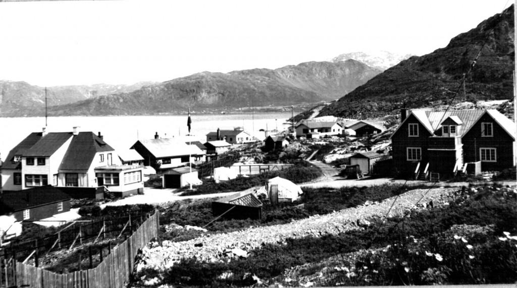 Udsigt over Ivigtut. Flådestation Grønnedal ses længst borte