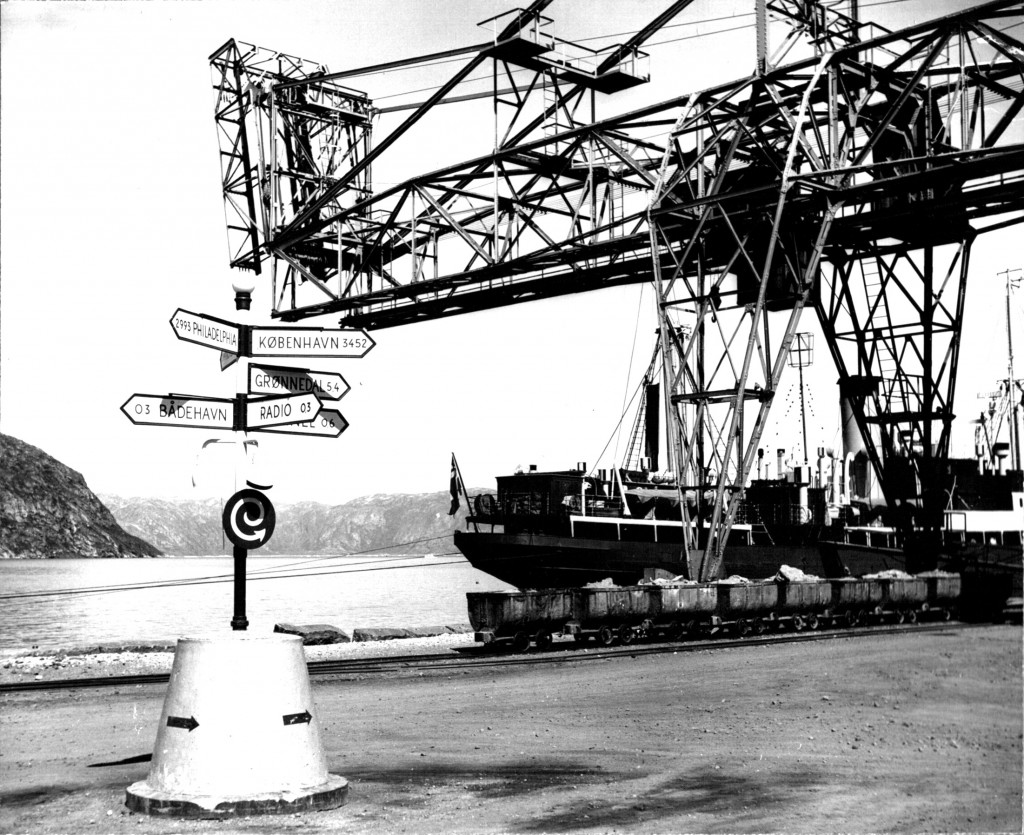 I 1961 brydes og udskibes der stadg kryolit fra buddet i Ivigtut. Foto 1961
