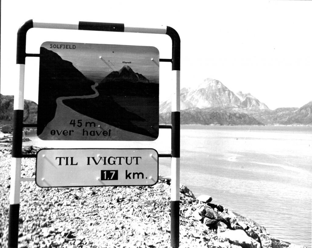 """Skilt """"Til Ivigtut"""". Foto 1961"""