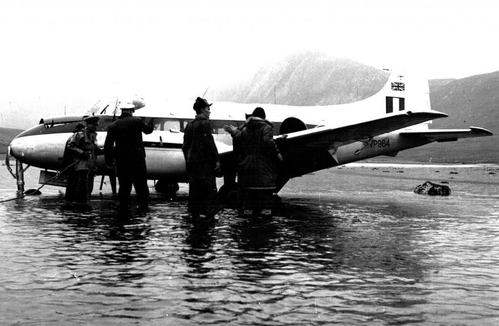 Flådestation grønnedals personael er ankommet til det nødlanddede britiske propelfly. Foto 1961.