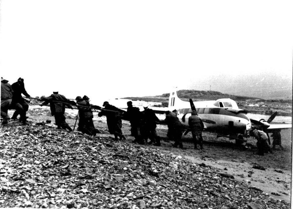 Budsering af nødlandet britisk propel fly til fast tør grund af Flådestations grønnedals personale.