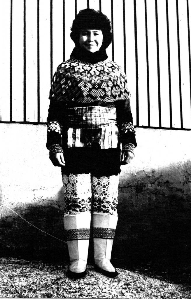 Ung kvinde i grønlandsk nationaldragt.