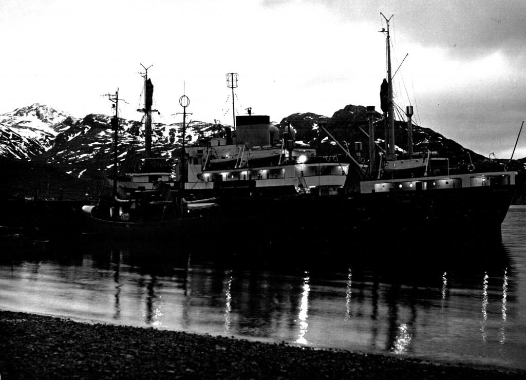Umanak og inspektionsskibet mågen ved kaj Havne, Flådestation Grønnedal.