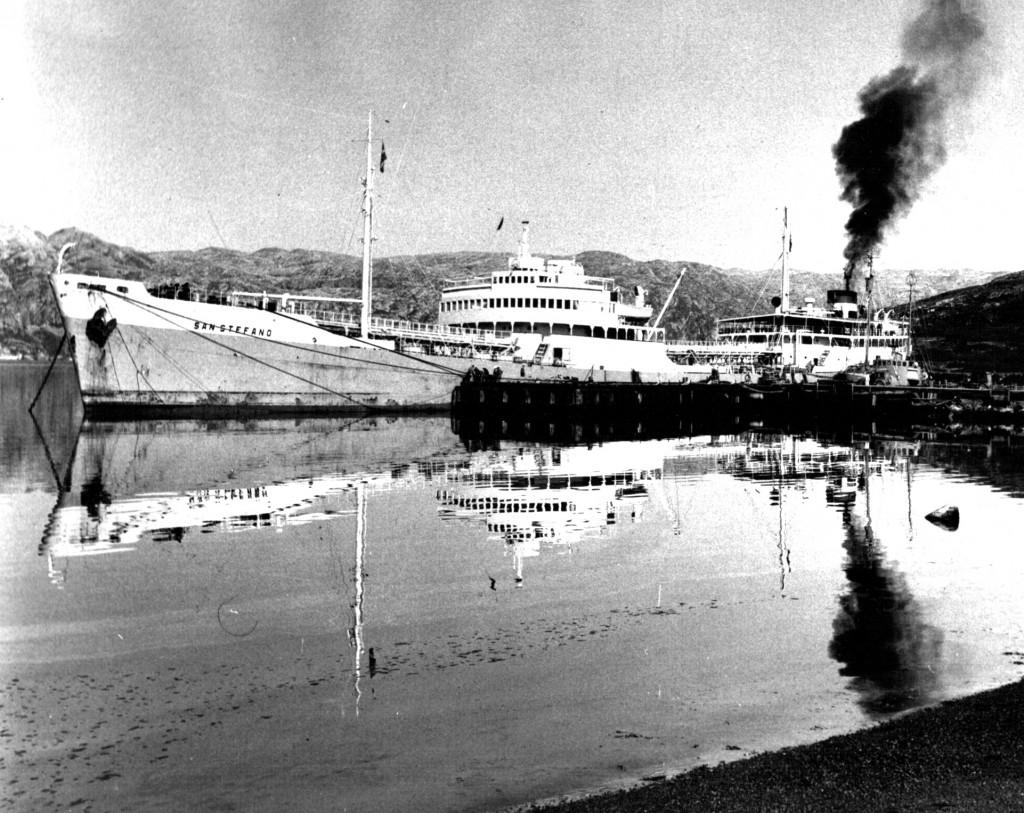 Fragtskib ved kaj Haven, Flådestation Grønnedal. Foto 1961.
