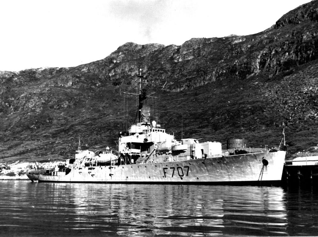 Krigsskib L´Aventure ved kaj, Havnen, Flådestation Grønnedal. Foto 1961