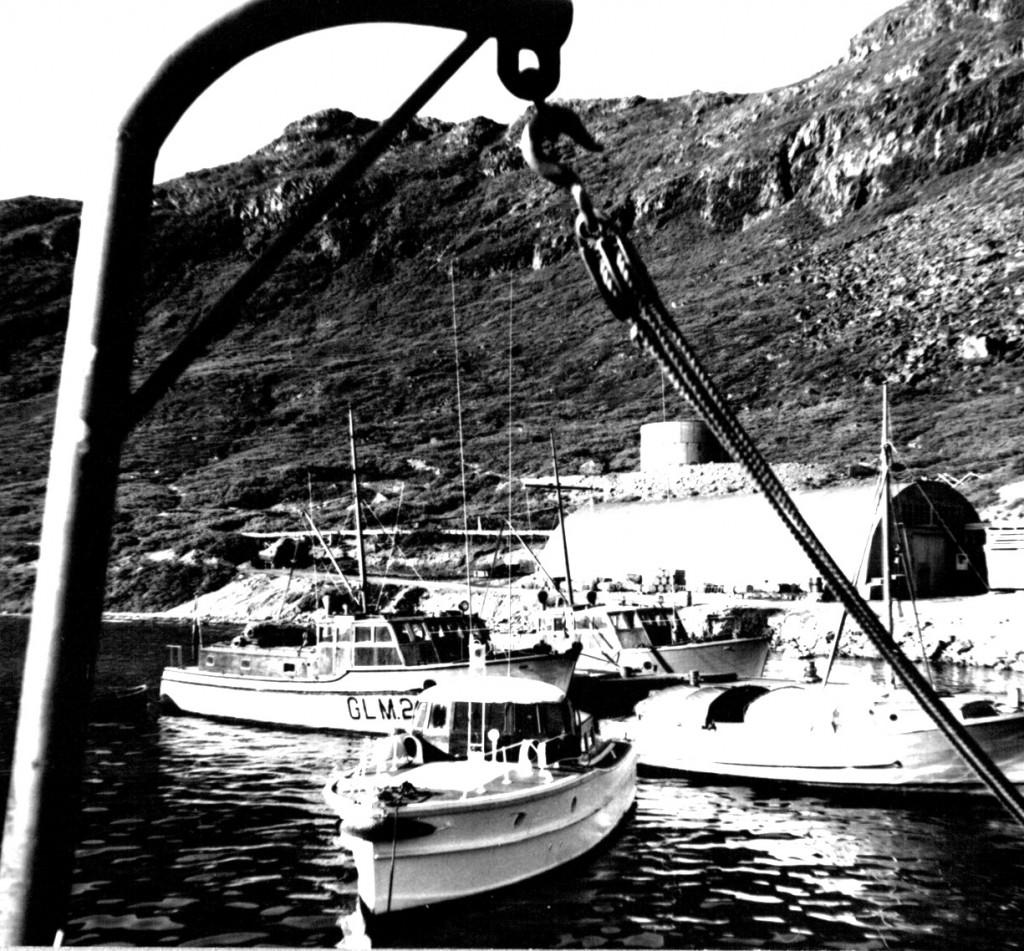 Opmålingsskib GLM2 ved kaj, Havnen, Flådestation Grønnedal. Udsigt mod den tøndeformede Pak