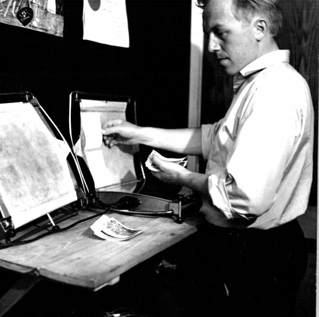 Melvin på fritidsarbejde i fotoshoppen på Flådestation Grønnedal. Foto 1961-62